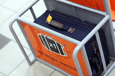 Medidor maleta en el aeropuerto