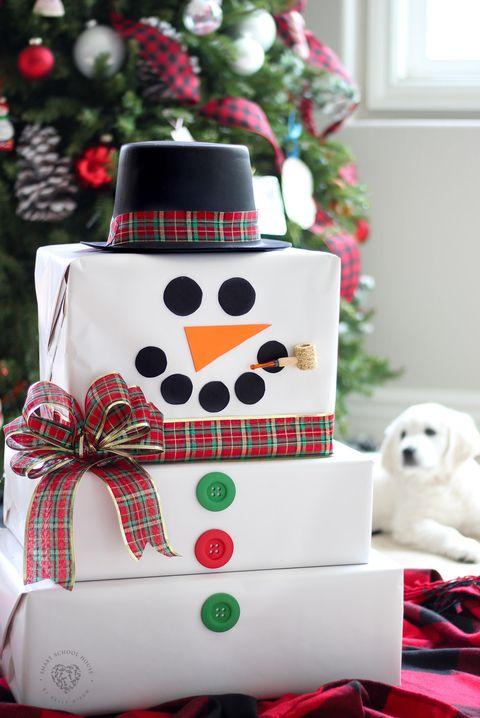 Envolver regalos en forma de muñeco de nieve